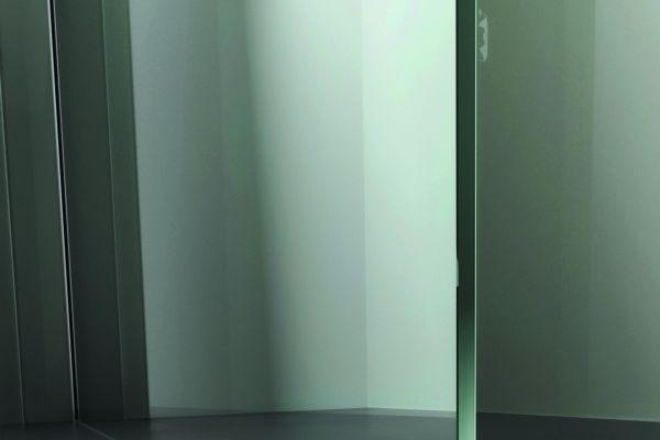 """Die Bodenauflage der """"ZERO Walk In BASIC"""" erfolgt immer ohne Bodenprofil mit einem transparenten Kantenschutz. Hier wird entlang der Glaskante zum Abdichten silikoniert."""