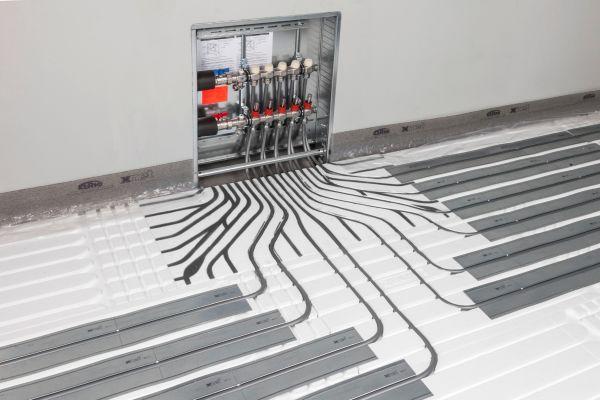Ein eingebauter Fußbodenheizungsverteiler.