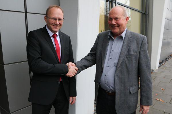 Das Bild zeigt Martin Thiel und Dr. Wieland Pavel.