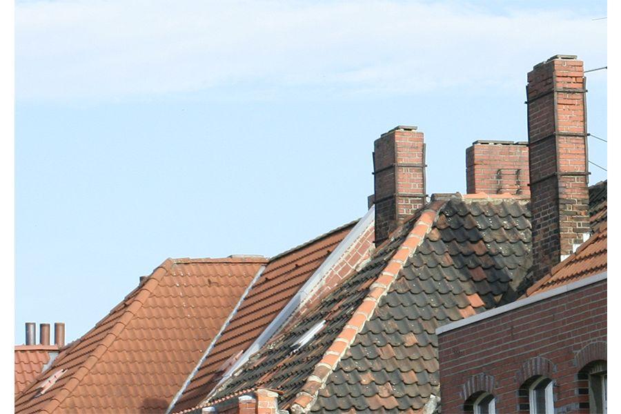 Schornsteine auf Dächern.