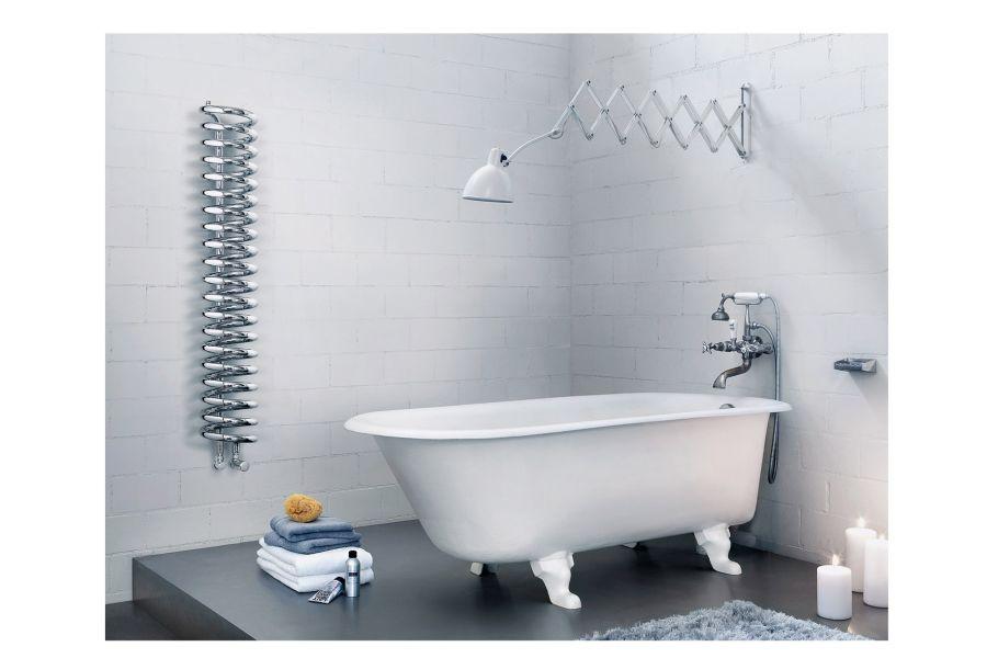 """Der Designheizkörper """"Spirale"""" von Runtal in einem Bad."""