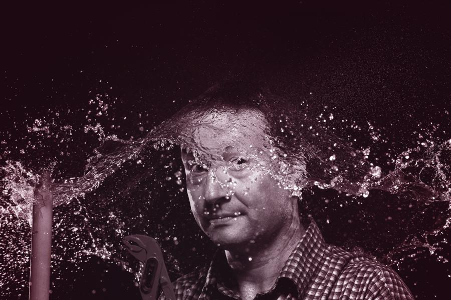 Ein Mann bekommt einen Schwall Wasser ins Gesicht.