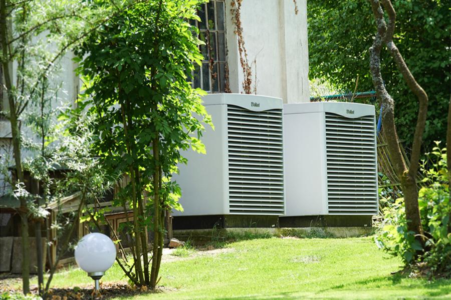 Schon bei der Planung unbedingt auf den Standort und vor allem auf den niedrigen Schallpegel der Marken-Luftwärmepumpe achten, rät das UBA. Dann klappt es auch mit den Nachbarn…