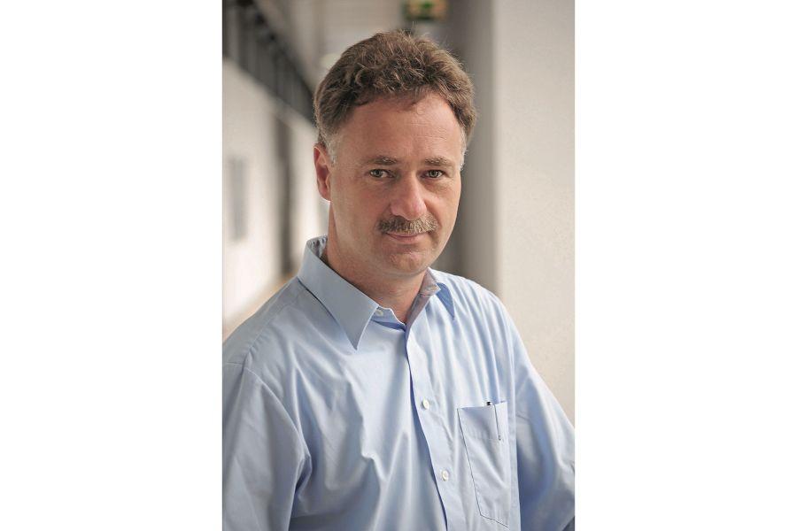 Porträtfoto von Dr.-Ing. Wolfgang Kramer, Leiter der Abteilung Wärme- und Kältetechnik und Koordinator für Solarthermie am Fraunhofer-Institut für Solare Energiesysteme ISE.