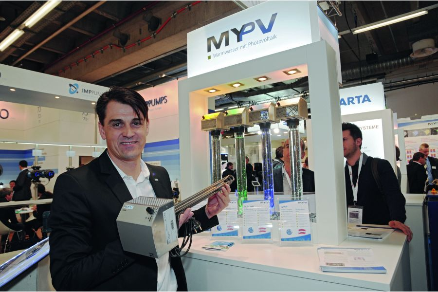 Die My-PV GmbH Verkaufsleiter Ing. Markus Gundendorfer mit einem Heizstab.