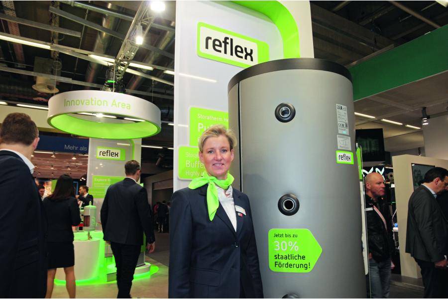 Anja Franke-Runtemund neben einem Produkt auf der ISH 2017.
