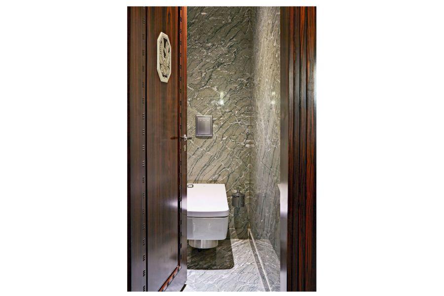 """Harmonische Balance von traditionellem Interieur und futuristischem Design – letzteres verkörpert das Washlet """"SG"""" von Toto."""