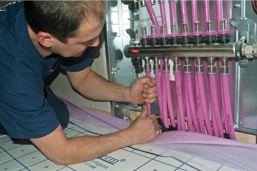 Handwerker bei der Montage des Verteilers.