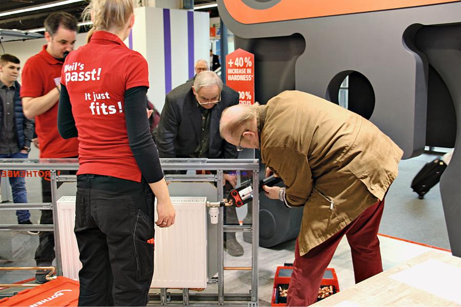 Die Installationstechnik ist immer da besonders stark und faszinierend, wo man selbst Hand anlegen, zupacken und montieren kann – wie hier am Stand von Rothenberger.
