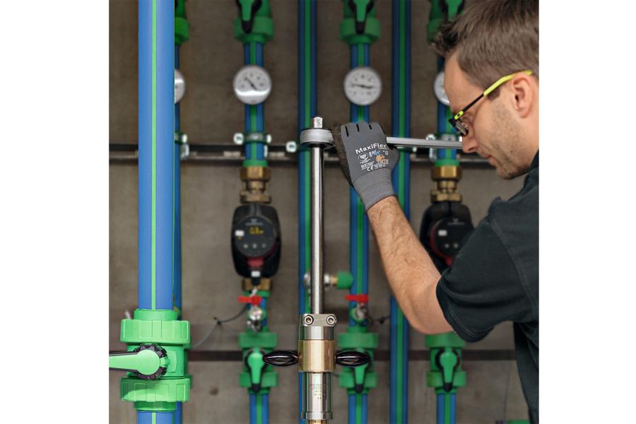 Beginn des Bohrvorgangs für die aquatherm Bauteileinheit zur Montage unter Druck: Die Einheit besteht aus Kugelhahn, Rohr und Aufschweißsattel.