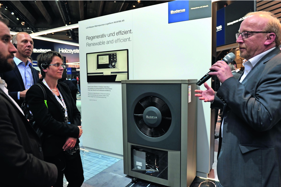Der Leiter Produktmarketing Buderus Deutschland und die neue Luft/Wasser-Wärmepumpe Logatherm WLW196i AR auf der ISH 2017.