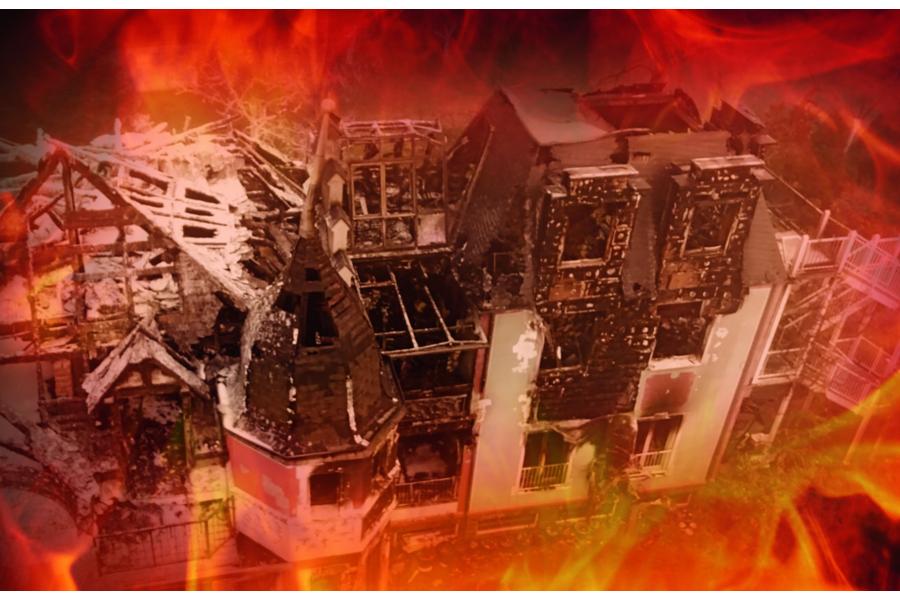 Ein brennendes Gebäude.