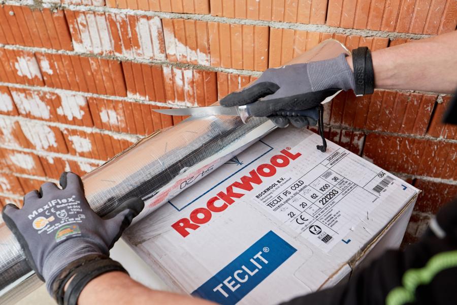 """Ein Handwerker schneidet eine """"Teclit""""-Rohrschale zu."""