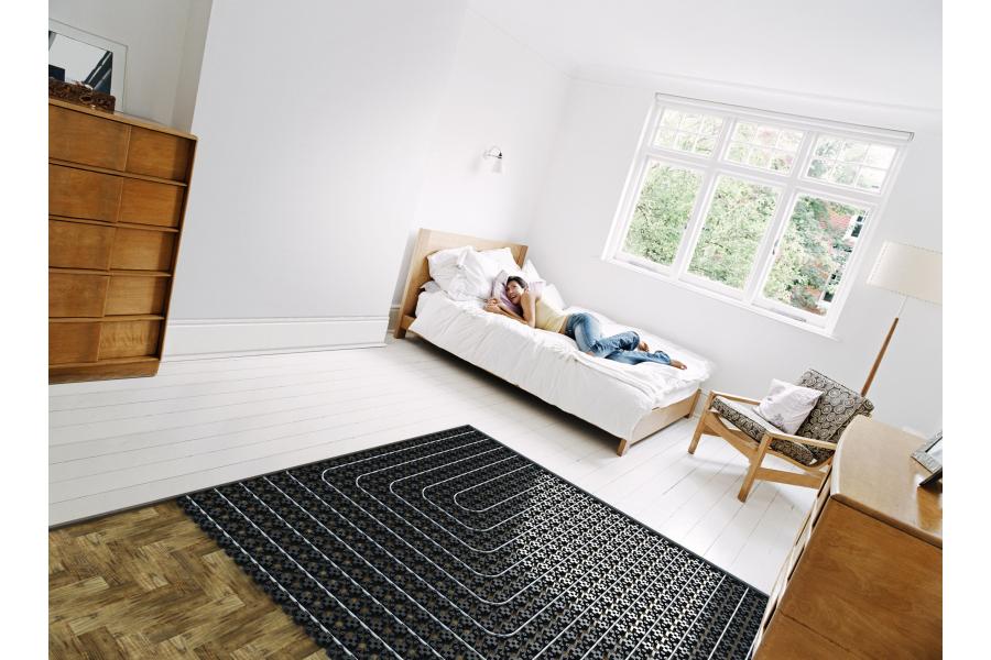 Ein Schlafzimmer mit einer teilweise noch offen liegenden Fußbodenheizung