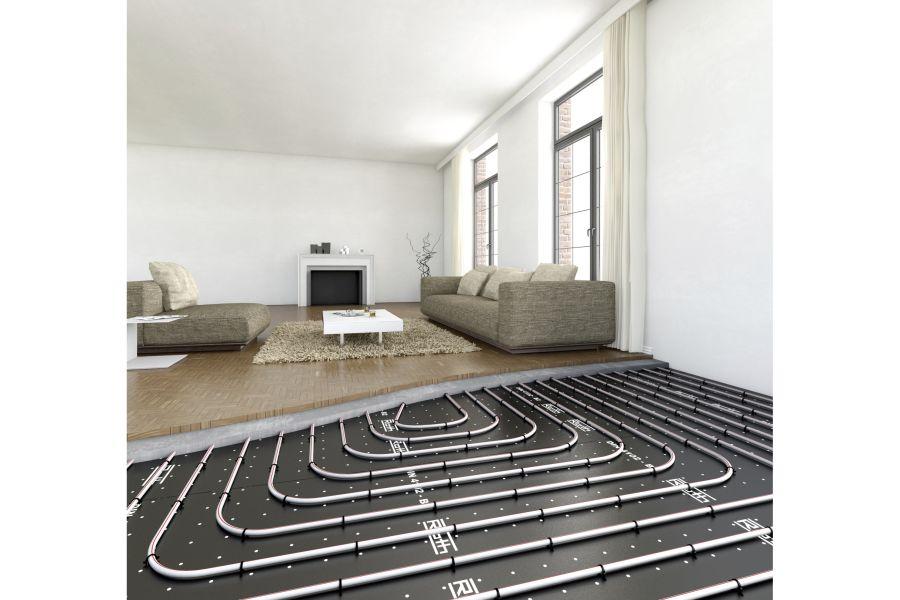 Eine noch teilweise offen liegende Fußbodenheizung in einem Wohnzimmer.