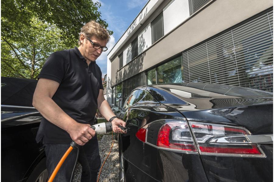 Architekt Alexander Maier betankt sein Elektroauto.