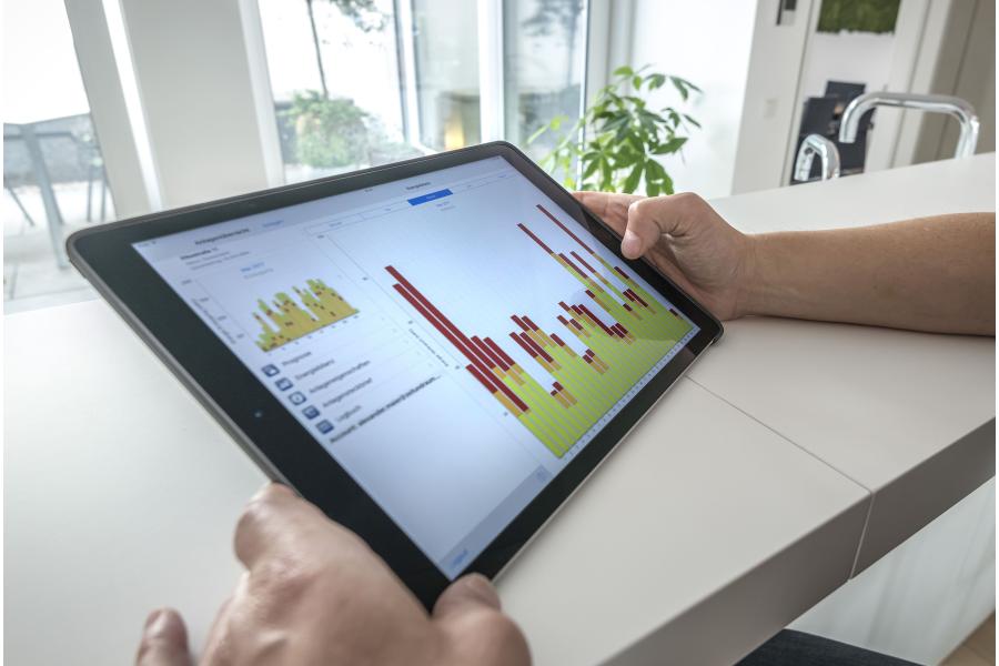 Ein Tablet zeigt die App für das Energiemanagement des Hauses an.