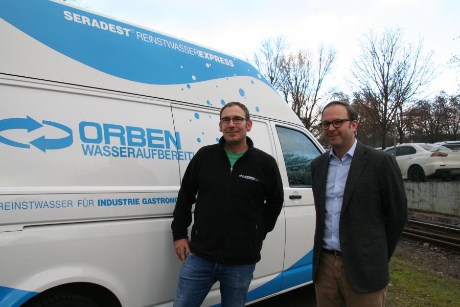 Patrick Hahn und Steffen Orben vor einem Orben-Fahrzeug.