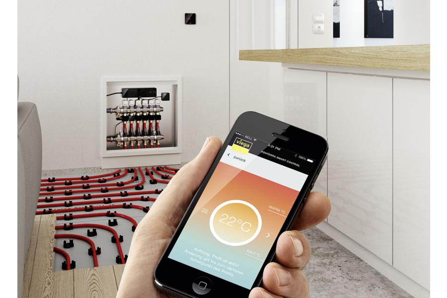 """Die Einzelraumregelung """"Fonterra Smart Control"""" wird vom einem Handy aus bedient."""