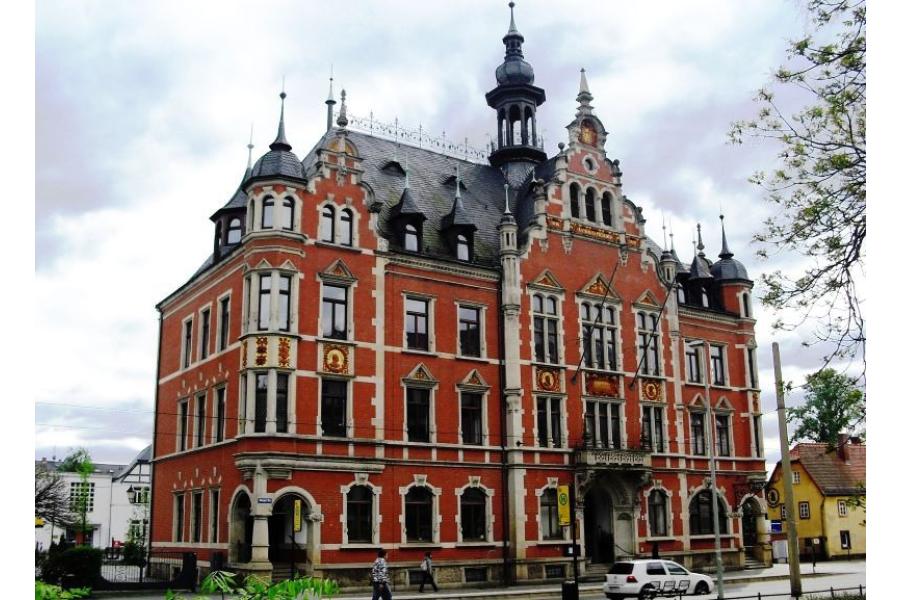 Das Rathaus Dresden-Pieschen von vorne.