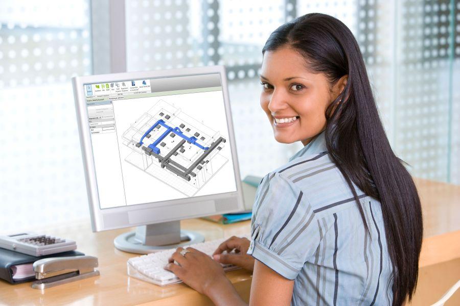 Eine Frau sitzt vor einem Bildschirm, der ein BIM-Modell zeigt.
