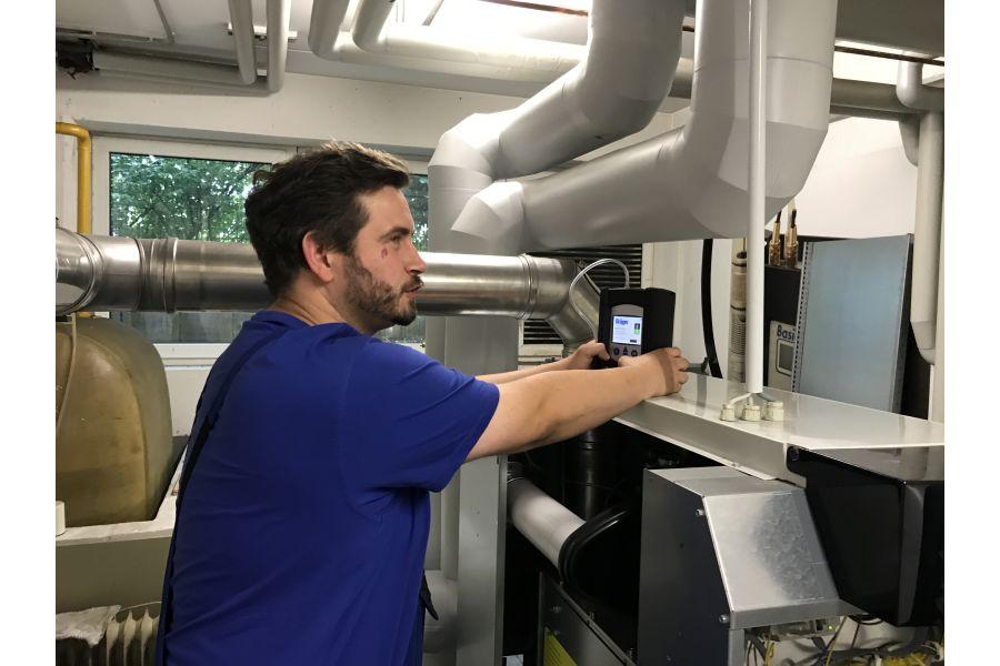 Tim Gleiß bei der Arbeit mit dem Messgerät