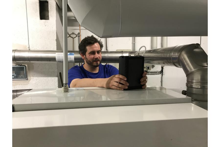 """Tim Gleiß testet das Messgerät """"Dräger P7-TDX""""."""