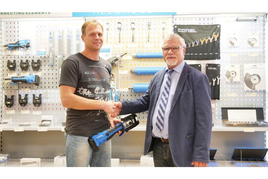Das Bild zeigt Conel-Geschäftsführer Detlef Greunke und Fachhandwerker Thomas Luderer.