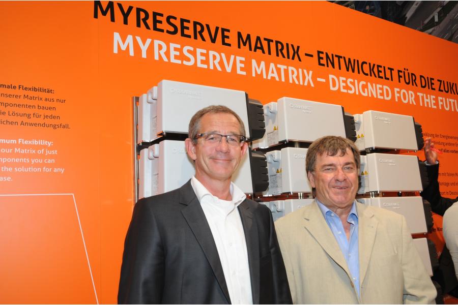 """Das Speichersystem """"My Reserve Matrix"""" und Dr. Andreas Gutsch, General Manager von Solarwatt Innovation, und Dr. Michael Rentzsch, dem Entwicklungschef der Leistungselektronik."""