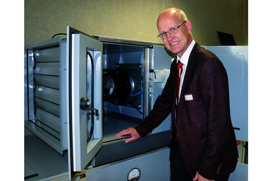 Prof. Dr.-Ing. Karl-Josef Albers und das RLT-Gerät.