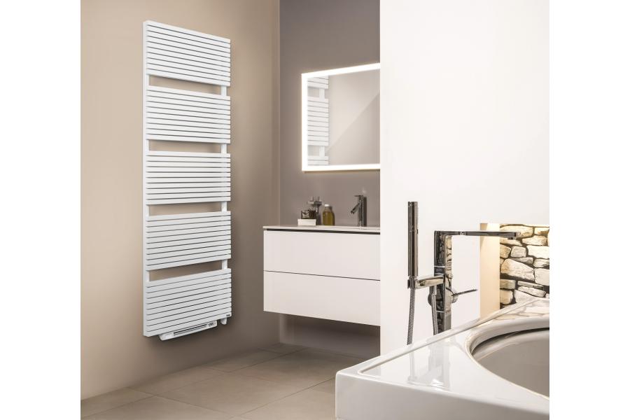 """Der Designheizkörper """"Carré"""" mit integriertem Blower in einem Badezimmer."""