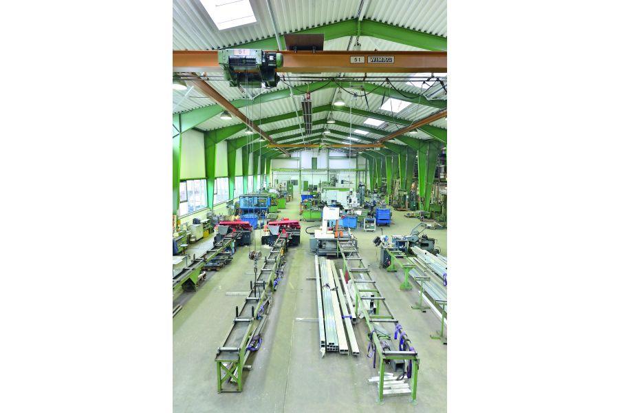 Blick von oben in eine Industriehalle.