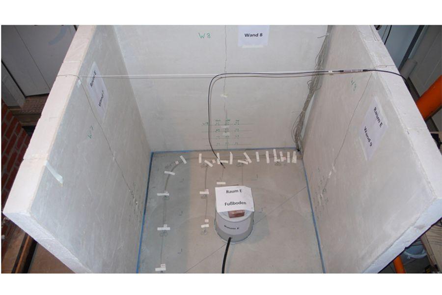 In diesem Prüfraum wurde ein künstlicher Wasserschaden erzeugt. Rund 300 Sensoren maßen den Temperatur- und Feuchteverlauf in Wand und Boden.