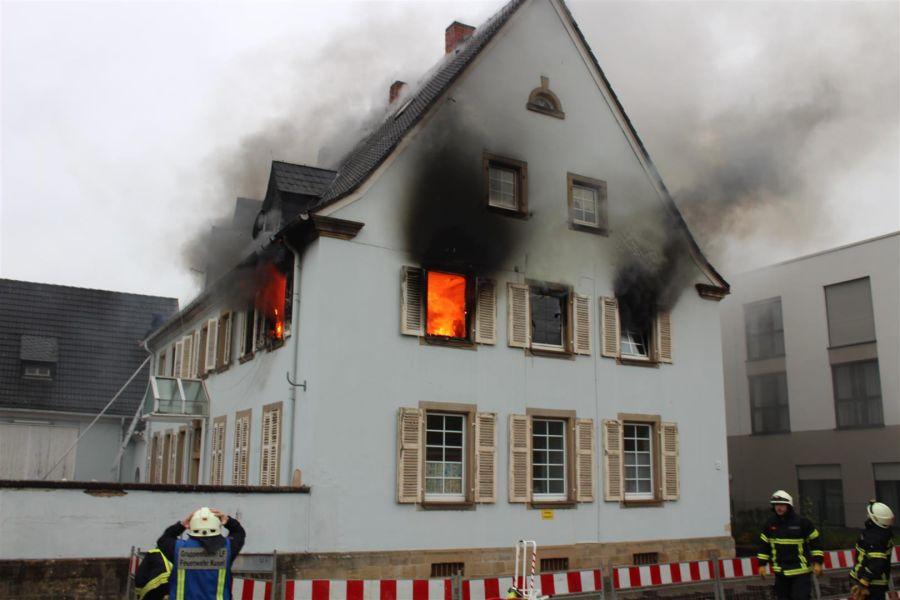 Nicht die Fassade brennt, sondern immer irgendwas anderes vorher – DAS stimmt sicherlich…