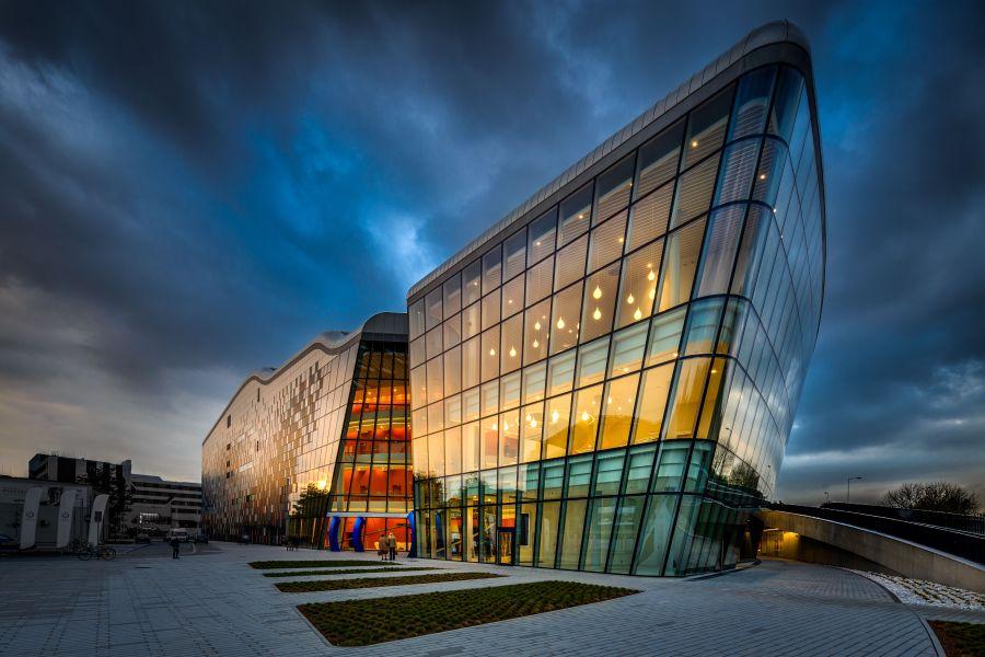 Das Kongresszentrum in Krakau von der Seite.
