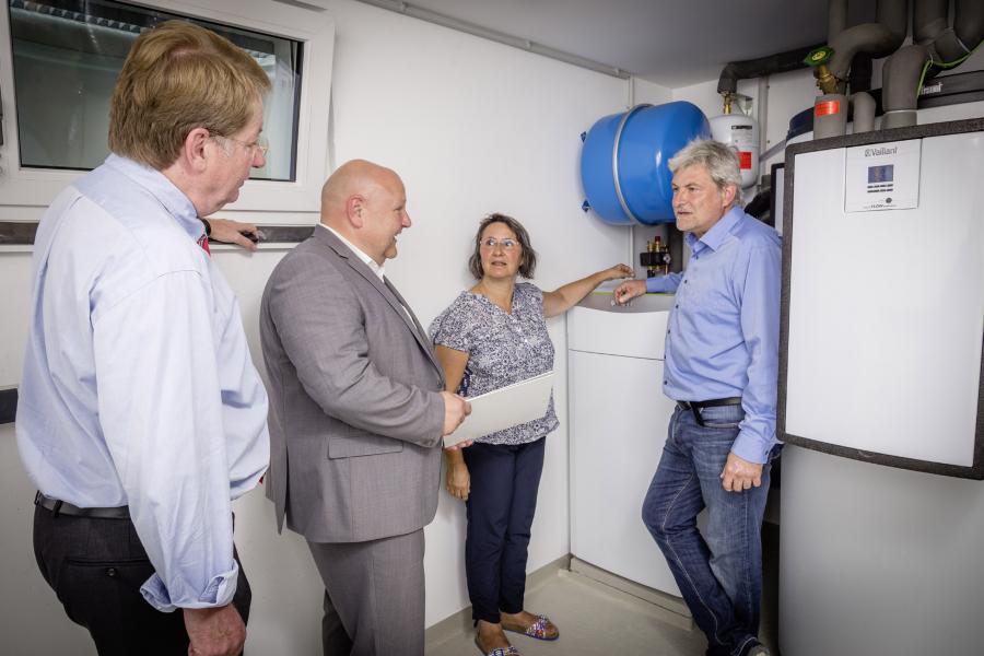 Christine und  Norbert Weimper, Detlef Bühmann und Andreas Seber im Haustechnikraum.