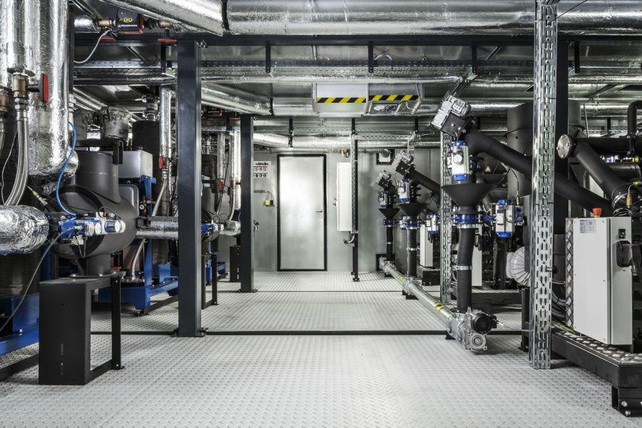Drei Holz-Kraft-Anlagen in einem Technikraum.