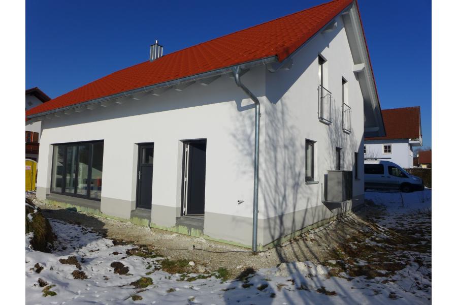 Ein Einfamilienhaus von außen.