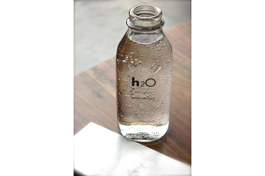 Eine Wasserflasche steht auf einem Tisch.