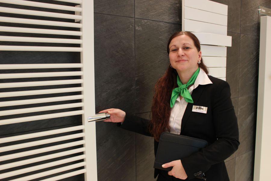 Eine Mitarbeiterin von Kermi präsentiert den Badheizkörper