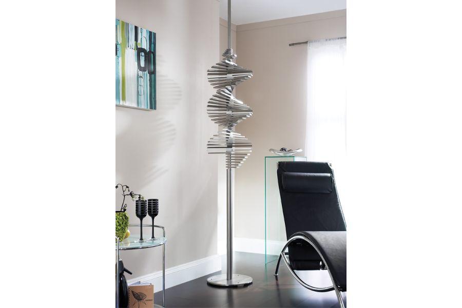 Ein Edelstahlheizkörper von accuro korle in einem Büro.
