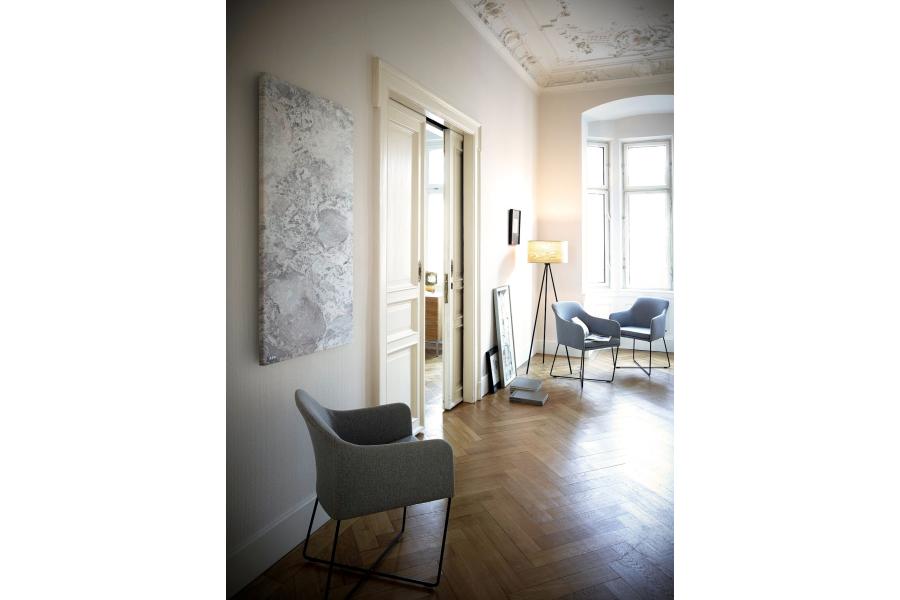 """Die Natursteinheizung """"Palisandro"""" in einem Raum."""