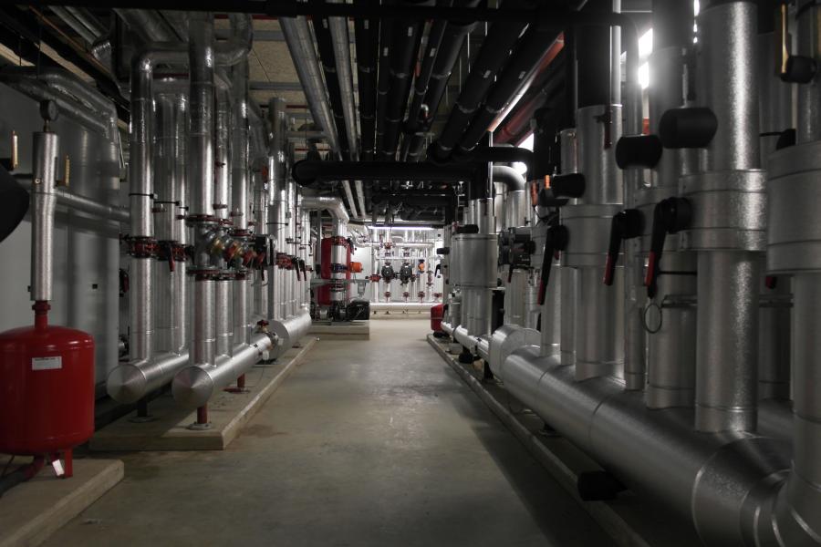 Die Installationen der modernen Gebäudetechnik in einem der technischen Räume des Hilton Schiphol Hotels.
