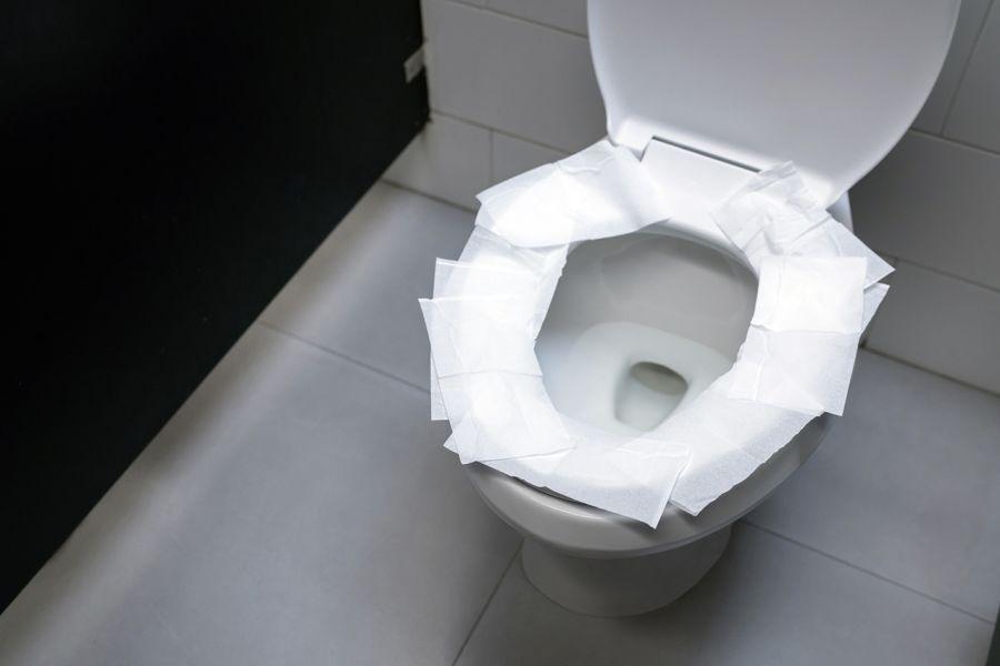 Viele kennen das: Um dem Hinsetzen ein wenig den Schrecken zu nehmen, ist es häufig selbstverständlich, unhygienisch wirkende WC-Sitze mit Toilettenpapier auszulegen.