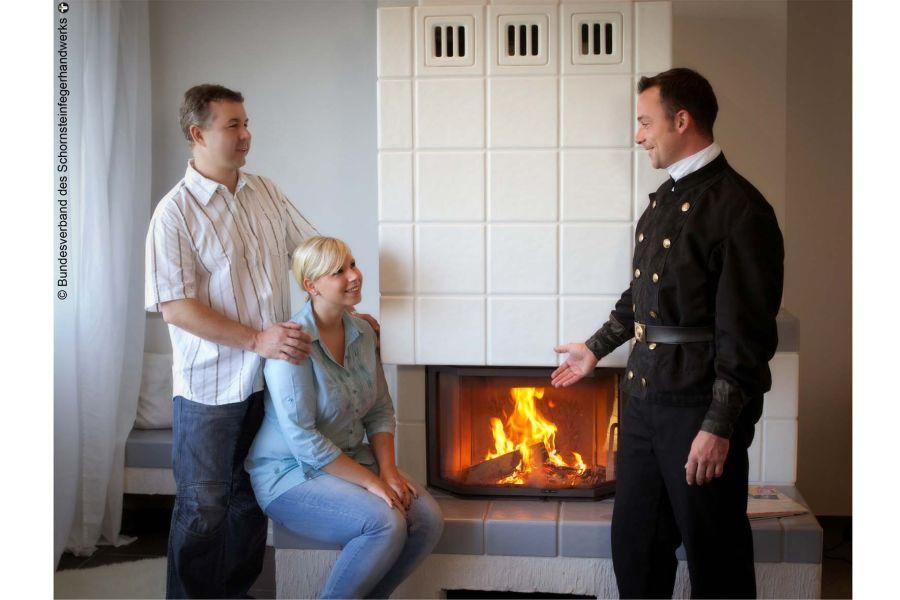 Schornsteinfeger empfehlen die Installation eines Kohlenmonoxid-Melders auch in Räumen und Wohnungen mit Kaminfeuer, Pelletheizungen und Gasthermen.