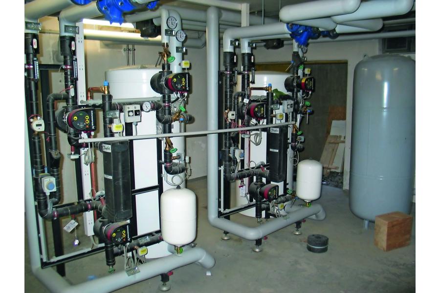 Fernwärmeübergabestation und Trinkwasserspeicher.