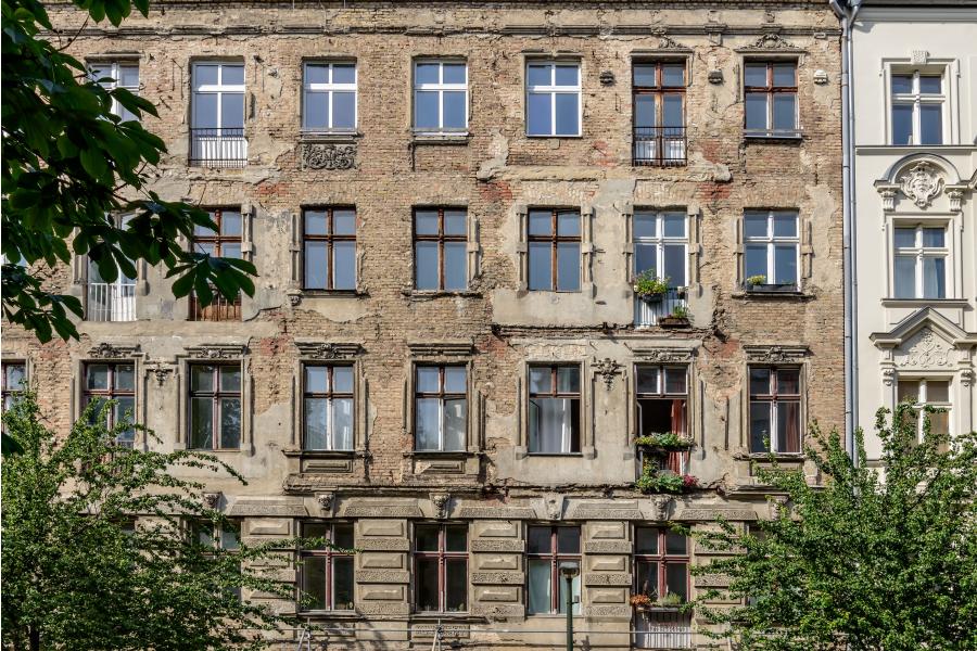 Eine Häuserfassade.