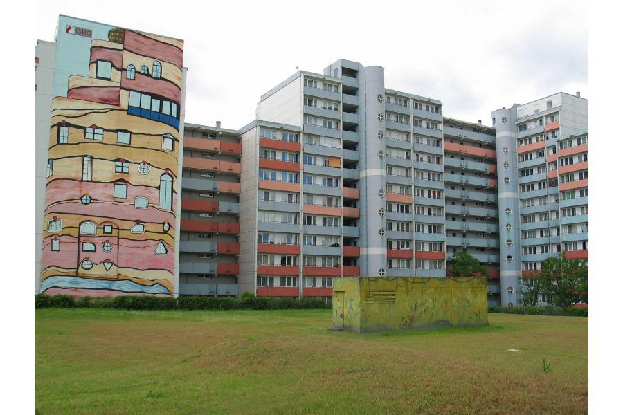 Wohnhochhäuser der Mannheimer Wohnungsbaugesellschaft von außen.