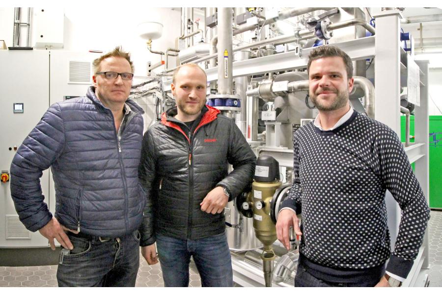 Markus Würz, Jan Seibert und Niklas Zötler vor dem neuen Blockheizkraftwerk der Brauerei Zötler.