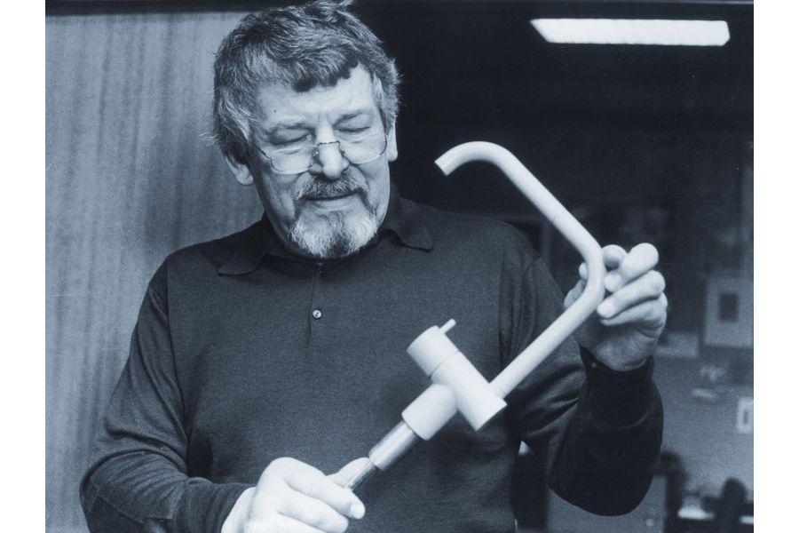 """Das Bild zeigt den Firmengründer Verner Overgaard mit einem Prototyp der Armatur """"KV1""""."""